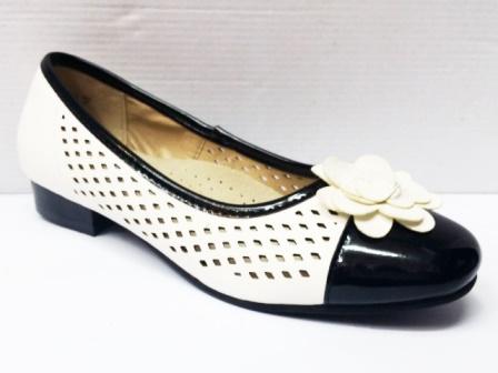 Pantofi dama albi cu negru, perforati, cu accesoriu floare.