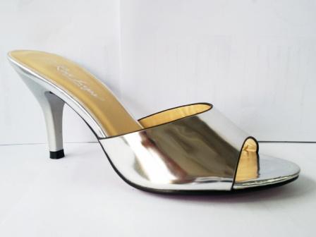 Saboti dama argintii,cu toc de inaltime medie, eleganti si deosebit de comozi