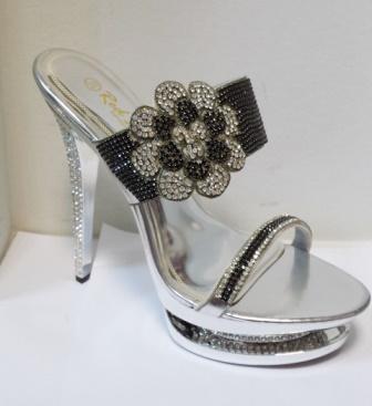 Saboti dama argintii,cu toc de inaltime medie,strasuri argintii si negre, eleganti si deosebit de comozi