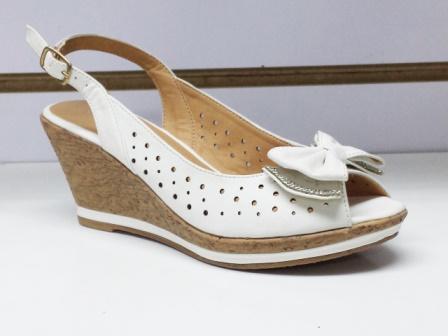 Sandale dama albe, material perforat cu talpa ortopedica si accesoriu tip fundita