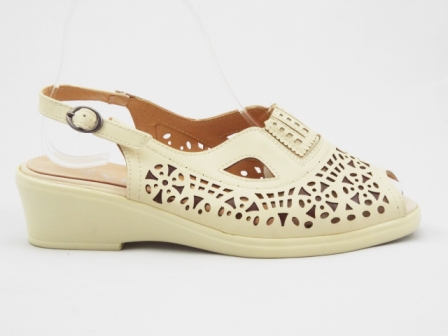 Sandale dama bej, perforate, cu talpa usor inaltata.