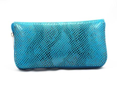 Portofel dama albastru din piele naturala tip CROCO, cu fermoar,bine compartimentat.