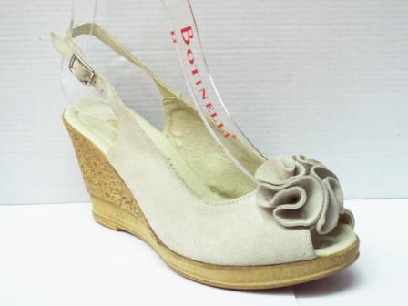 Sandale dama bej din piele intoarsa naturala, cu talpa ortopedica si model tip floare
