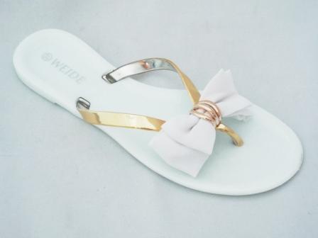 Papuci dama albi cu barete aurii si accesoriu tip funda